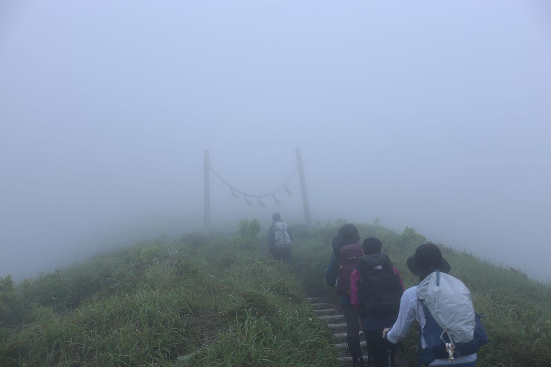 山頂までの稜線にて